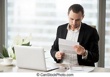 financier, bureau, jeune, important, lett, homme affaires, lecture