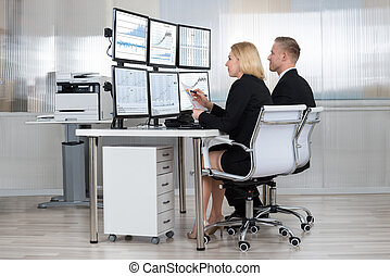 financier, ouvriers, analyser, données, dans, bureau