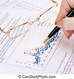 financier, projection, main, diagramme, rapport, pen., femme affaires