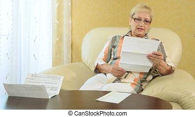 financier, regarder, femme, sur, papiers