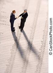 financiero, estatuillas, dos, hombres de negocios, manos,...