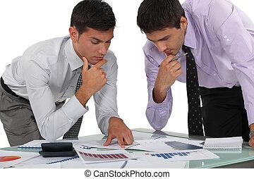 finansiell, experter, två, analysering, data