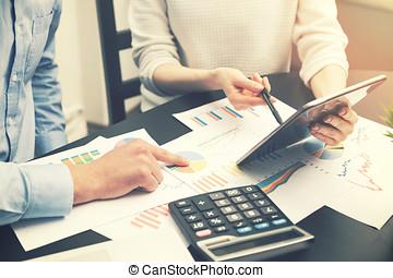 finansowy, biuro, handlowy zaludniają, -, wykresy, analiza, wykresy, dyskutując