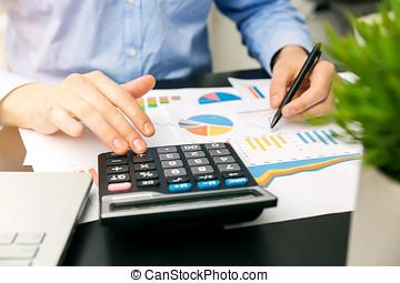 finansowy, biuro, informuje, wykresy, analizując, biznesmen