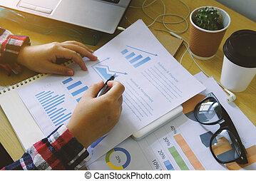 finansowy, kobieta interesu, analiza, informuje, wykres, paperwork