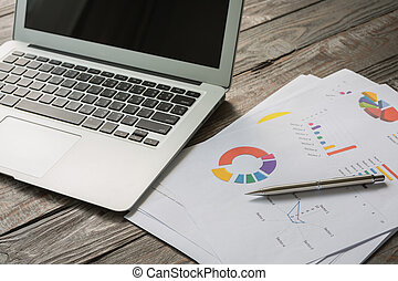 finansowy, wykresy, na stole, z, laptop
