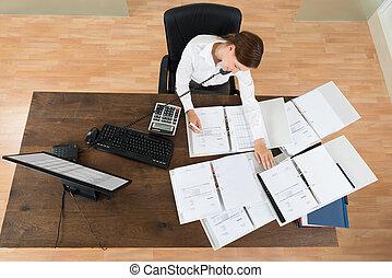 finanzas, calculador, mujer de negocios, asistir, mientras, llamada