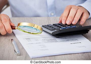finanziell, dokumente, mann, rechnungsprüfer, genaues prüfen
