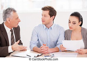 finanziell, sitzen zusammen, paar, junger, formalwear, während, etwas, erzählen, tisch, älter, gesturing, consultation., mann