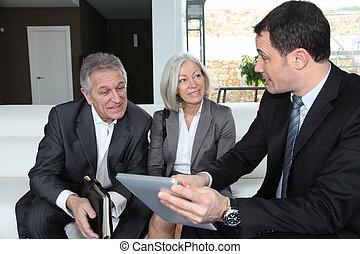finanzieller berater, paar, plan, älter, besprechen