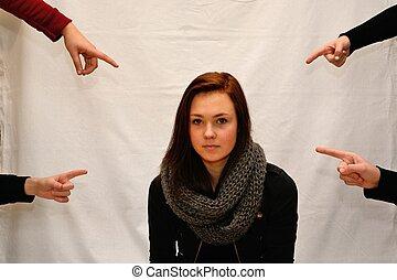 Finger zeigen auf Teenager - Jugendliche zeigen mit Finger...