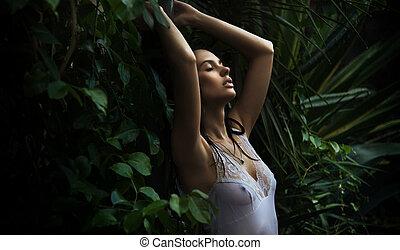 finom, barna nő, feltevő, alatt, egy, erdő