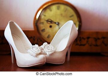 finom, white esküvő, zenemű, cipők