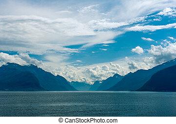 fiordo, escena, con, nebuloso, montañas, y, cielo nublado