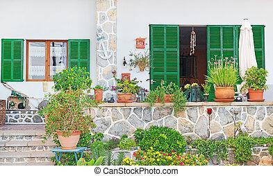 Fronte casa entrata entrata fiore porta urna legno for Decorazione entrata casa