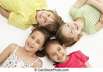 fire, unge, derned, cirkel, kammerater, smil, liggende