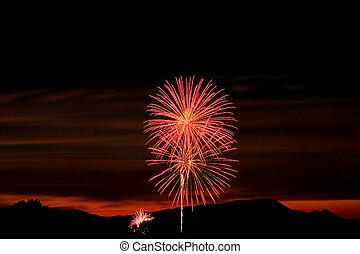 firecrackers, em, a, céu, durante, pôr do sol