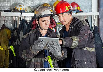 firefighters, dyskutując, na, tabliczka, cyfrowy
