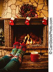 fireplace., 女, 毛織りである, フィート, クリスマス, リラックスする, ソックス