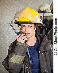 firewoman, ogień stacja, talkie, używając, walkie