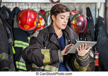 firewoman, tableta, parque de bomberos, digital, utilizar