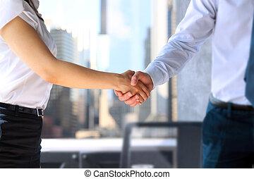 firma, aperto mão, imagem, após, close-up, contrato, dois, assinando, entre, colegas