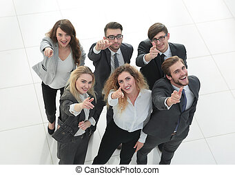 firma, viser, oppe, tommelfingre, hold, smil