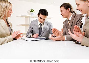 firmando contratto