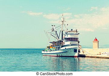 fischerei, trawler, in, der, porto , von, a, kleine stadt, an, a, tageszeit, -, kroatien, insel, brac