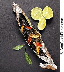 fish, cotto, in, lamina, con, verdura, e, limone