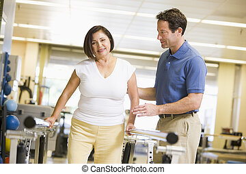 fisioterapeuta, con, paciente, en, rehabilitación