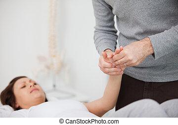 fisioterapeuta, massaging, um, doloroso, mão