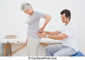 fisioterapista, esaminare, dorso donna, maschio maggiore