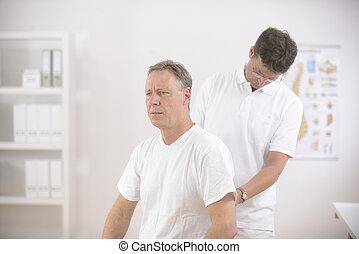 fisioterapista, physiotherapy:, anziano, esaminare, uomo