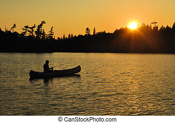 fiske, in, a, kanot, solnedgång, på, avlägsen, vildmark,...