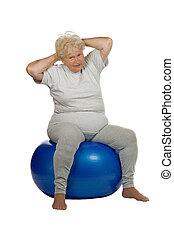 fitball, mujer mayor, se sienta