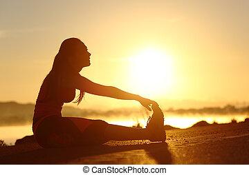 fitness, coucher soleil, femme, silhouette, étirage
