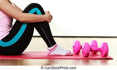 fitness, flicka, med, hantlar, gör, övning