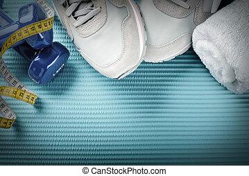fitness, frame, met, dumbbells, sport schoenen, en, towel., gezonde levensstijl, concept