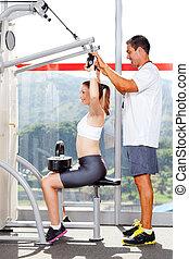 fitness, frau, in, turnhalle, mit, persönlicher trainer