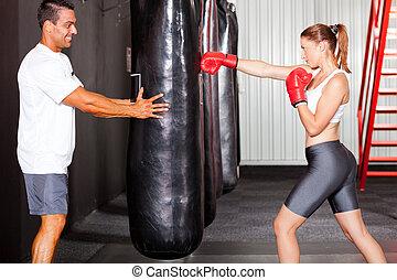 fitness, frau, training, mit, punchingball