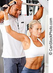 fitness, frau, und, persönlicher trainer, in, turnhalle