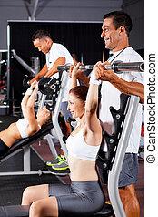 fitness, frauen, und, persönliche trainer, in, turnhalle