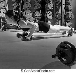 fitness, genomkörare, hantlar, push-ups, kvinna
