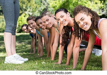 fitness, grupp, planking, i park