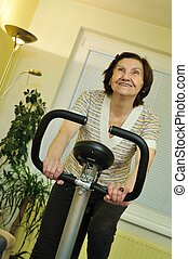 fitness, het spinnen, binnen, oude vrouw