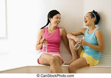 fitness, kamrater skrattande