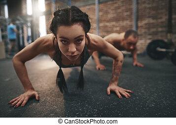 fitness, kvinna, gör, trycka, ups