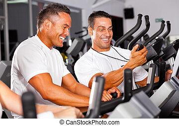 fitness, mann, und, persönlicher trainer, in, turnhalle