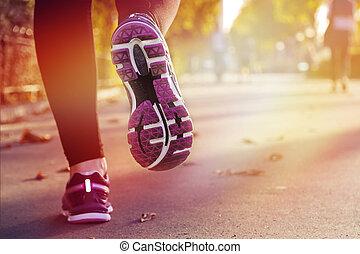 fitness, meisje, rennende , op, ondergaande zon